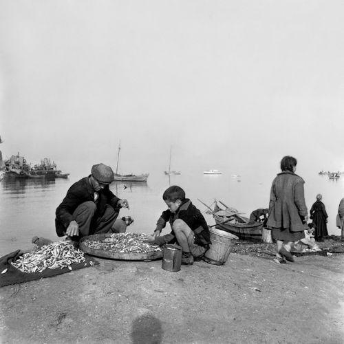Πουλώντας την ψαριά. Φωτογραφία του Paul Almásy το 1954.