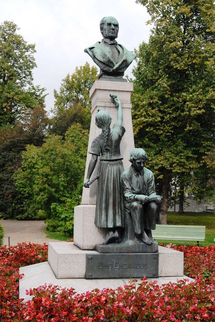 Uno Cygnaeuksen patsas (1899,Ville Vallgren) Jyväskylä - V.1858 Uno Cygnaeus…
