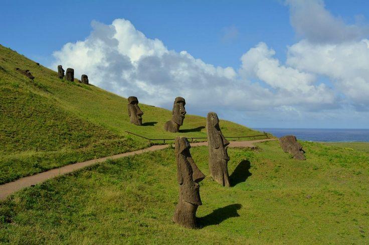Maravillosa imagen desde la parte alta del volcán Rano Raraku, donde se pueden ver varias esculturas de piedra (moai) con el fondo del Océano Pacífico
