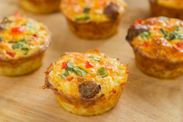 Faire sauter 1 oignon haché, une demi-tête de brocoli hachée et 1 poivron rouge coupé en dés. Remplir à moitié de légumes 12 compartiments à muffins. Battre 6 œufs, ajouter 2 ml (1/2 c. à thé) chacun de sel et de poivre noir, puis répartir dans le moule en le remplissant pratiquement jusqu'au bord. Parsemer de gruyère ou de cheddar râpé puis, en surveillant bien, cuire sous le gril de 3 à 5 minutes ou jusqu'à ce que la préparation ait gonflé et soit dorée. Servir chaud ou préparer la veille…