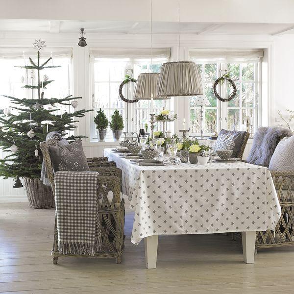 ¡Qué ilusión juntar a toda la familia alrededor de la mesa! Si este año te toca ser anfitriona, saca la mantelería de hilo, la vajilla de gala y esmérate en la decoración. ¡La ocasión lo merece!