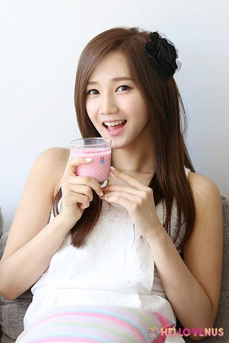 Yoo Ara with strawberry milk Hello Venus' D-7 Do You Want Some Tea?