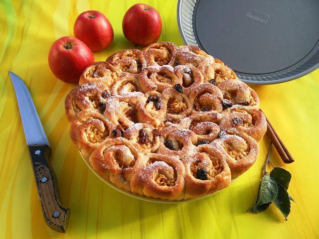 Vůně jablek, skořice a medu k pozdnímu podzimu prostě patří. Můj dnešní odpolední plán je: ukrojit si kus tohohle koláče, uvařit si kakao...