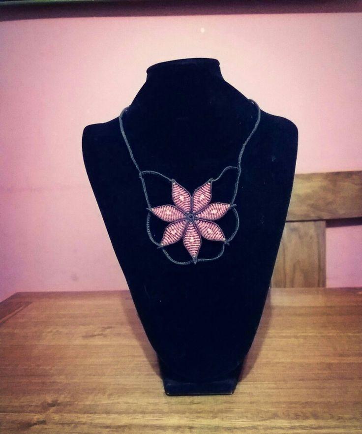 Collar de macramé en flor