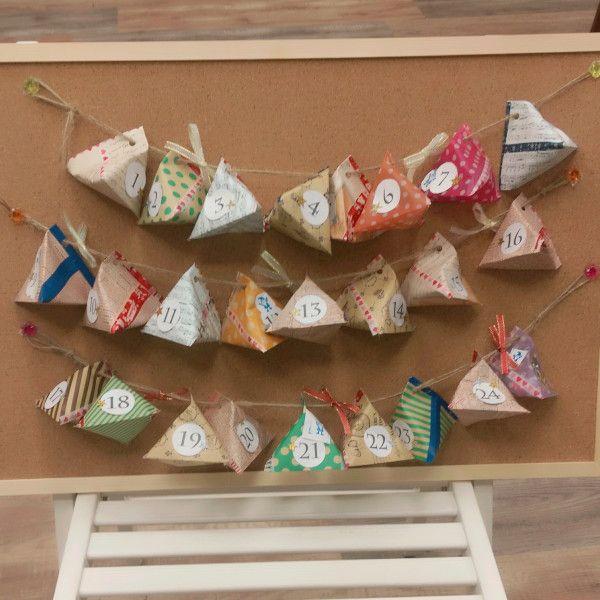 あっという間にクリスマスですね!今回はインテリアにもぴったり! とってもかわいい&お子さんとも一緒に作れるクリスマスのアドベントカレンダーの作り方をご紹介します♪メイン材料は「折り紙」。1/2枚で1日分ができるので、余っている折り紙を使って是非チャレンジしてみてくださいね!
