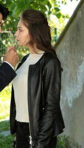Kara Sevda 30.bölüm kıyafetleri Nihan siyah deri ceket,ekru bluz ve siyah pantolon –