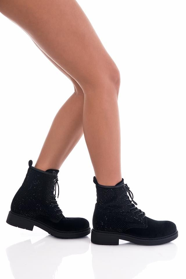 Regular fit. Flat velvet ankle boots with side strass.Laces detail on the front. Heel Height: 2cm. https://www.modaboom.com/veloute-mpotini-me-stras.html