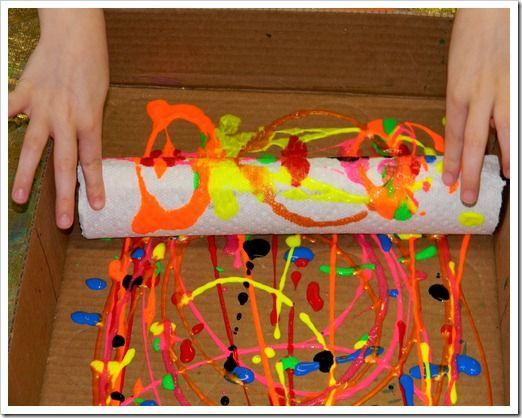 Mezcla de pinturas sobre papel continuo con la ayuda del rollo del papel de cocina