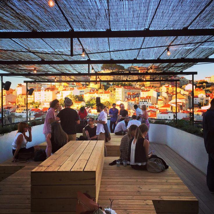 TOPO – chillige Location über den Dächern der Stadt Gut … der Weg zur TOPO Roof-Top Bar in Lissabon ist schon eine ziemlich lustige Angelegenheit. Auf dem Platz Martim Moniz angekommen, schreitet m...