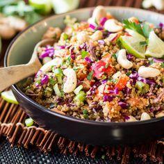 Ein bisschen nussig, ein bisschenscharf, ein bisschen süß. Das Erdnuss-Ingwer-Dressing verleiht diesem Quinoa-Salat eine asiatische Note.