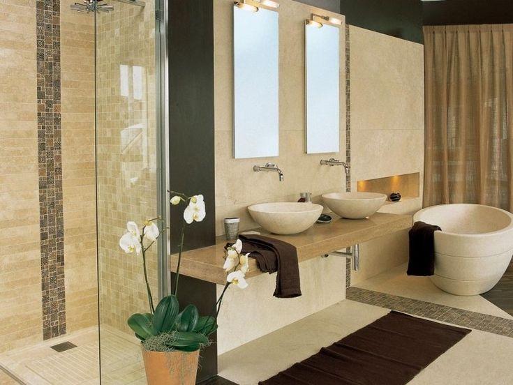 carrelage mural et mosaïque en beige clair dans la salle de bains