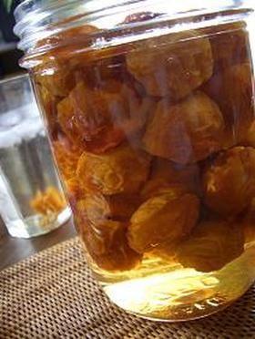 炊飯器で梅ジュース!!     炊飯器で梅ジュース(梅シロップ)を作る簡単なレシピです。         とっても簡単!! 梅ジュースを飲んで夏を乗り切りましょう♪ osker☆おすかー     材料 (?) 梅 1キロ 氷砂糖 1キロ 作り方 1  炊飯器に梅と氷砂糖を入れて保温にセット!!  (梅はへたを楊枝などで取り除き水分はよくふき取りましょう)                半日くらいで出来上がり^^ 2 *私は夕方セットして朝までそのままにしました。 氷砂糖が溶けていればOKです♪ 3 グラスに梅シロップを少し入れて、好みの濃さに水で薄めて飲みましょう。 梅を一緒にグラスに入れて潰しながら飲むと更においしい!! コツ・ポイント 梅を洗ってヘタを取る以外は 手順は1つだけ。 炊飯器に入れて保温にするだけ^^ レシピの生い立ち 梅を頂いた時に炊飯器で作る梅ジュースのレシピを教わったので、作ってみました。 レシピID:207542