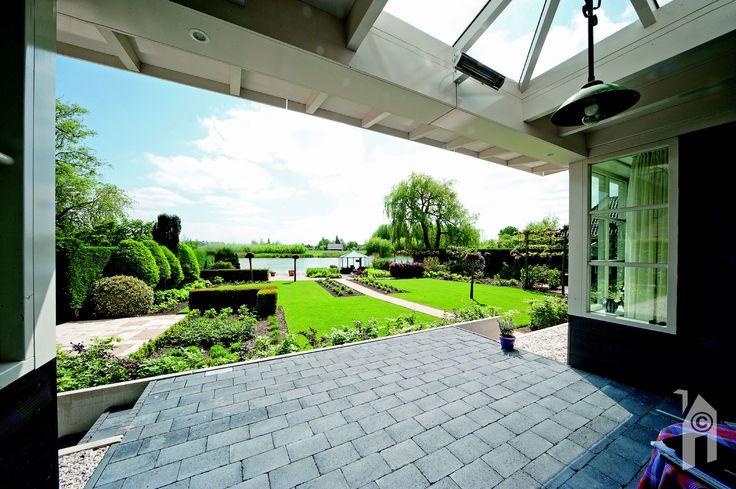 Op de veranda kun je heerlijk zitten met  uitzicht op de tuin en het Waaltje.