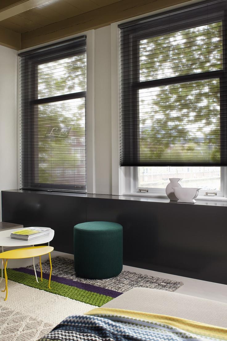 Duette® Shades: Perfecte regeling van warmte en licht, het hele jaar door. Met de textiele look van de Duette® Shades geef je je huis een warme sfeer. Ook houdt het de warmte binnen in de winter en de warmte buiten in de zomer door de speciale honingraatstructuur. Zo kan je met een Duette® Shade tot wel 40 % besparen. Doe de check en bereken je besparing: http://nl.online.esc.colours.nl/index_nl.html