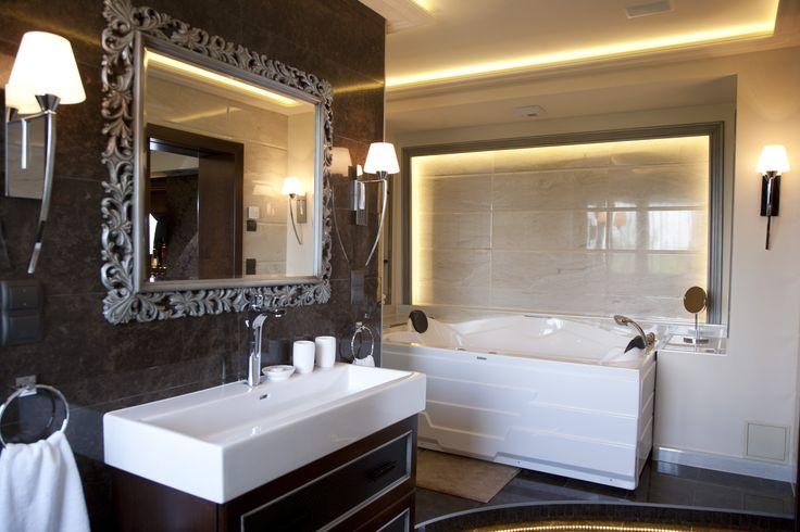Hotel Délibáb**** Hajdúszoboszló MIRAGE DE LUXE LAKOSZTÁLY Harmónia, luxus, elegancia. Ideális azok számára, akik a legmagasabb színvonalú szolgáltatásokat kedvelik. Az egyedi beltéri megoldásokkal kialakított lakosztály franciaágyas hálószobával, különálló nappali bárrésszel, exkluzív fürdőszobával, mely zuhanyzóval és hidromasszázskáddal rendelkezik. www.hoteldelibab.hu/ #Hajduszoboszlo #wellness #hotel #gyogyszalloda #hungary