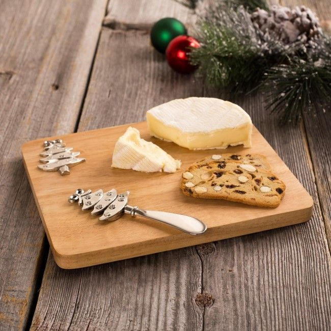 Serve your guests in style this season with the Christmas Icon Oak Cheese Board. The serving board comes with a festive metal spreader, perfect for your holiday gatherings.