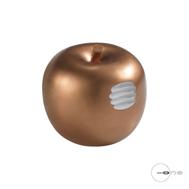 MELA IN RESINA O1014   Mela in resina con morso. Diam. 15x15h cm. Vanessa Chioccini Design.