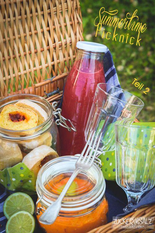 Picknick Korb mit beeriger Limonade - gefülltem Maisbrot und Paprika Schafskäse Dip