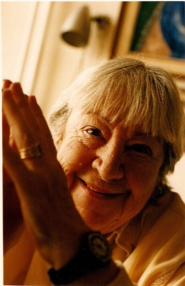 Gloria Fuertes (1917-1998) fue una poeta española y autora de literatura infantil y juvenil.// Gloria Fuertes (1917-1998) was a Spanish poet and children literature author.