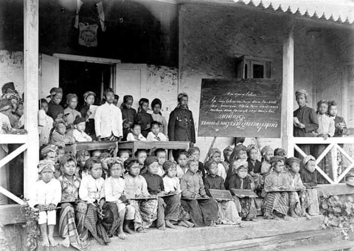Sekolah untuk anak-anak pekerja Pabrik Teh Malabar, Jawa Barat ( year unknown)