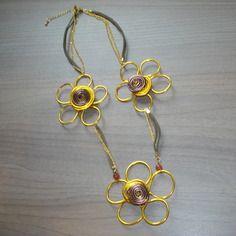 Collier ;trio de fleurs; en fils d'aluminium doré et chocolat de 2 mm, chainette dorée et lanière de cuir  http://www.alittlemarket.com/collier/fr_collier_trio_de_fleurs_en_fils_d_aluminium_dore_et_chocolat_de_2_mm_chainette_doree_et_laniere_de_cuir_-8439839.html