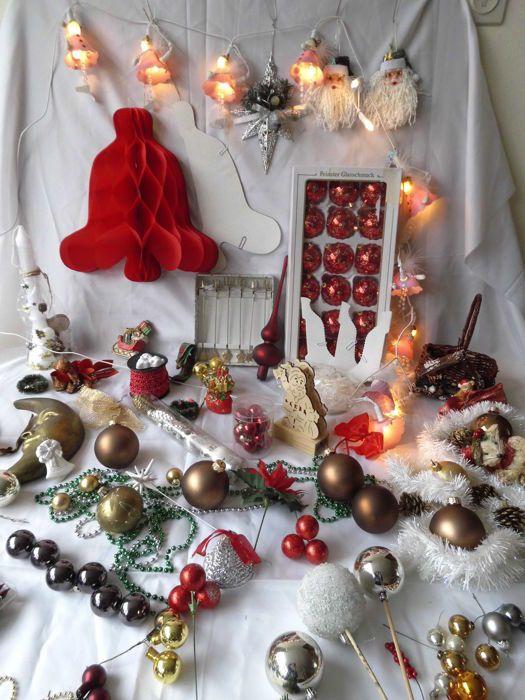 Grote kavel kerstdecoratie kerstballen kralensnoer kerstlichtjes halve maan piek enz. ruim honderd stuks  24 rood/goud glazen ballen in doos.20 kerstballen glasHalve maan van gips 22 x 14 cm.piek glas - doos met honderd gekleurde lichtjes. (1980)35 decoratie op stok - houten kerstman (lichtje)Retro kerstbellen van papier (jaren '80) Deze zijn plat na openvouwen worden het mooie bellen met een honinggraat decorniet gebruikt. 2 rode (groot) en 3 witte.Verlichting met engeltje ( mist 1…