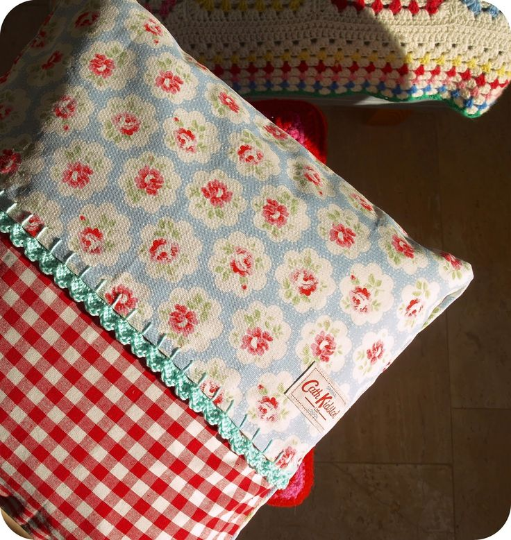 @ Stins: Cute cushion made from Cath Kidston tea-towel with crochet edge