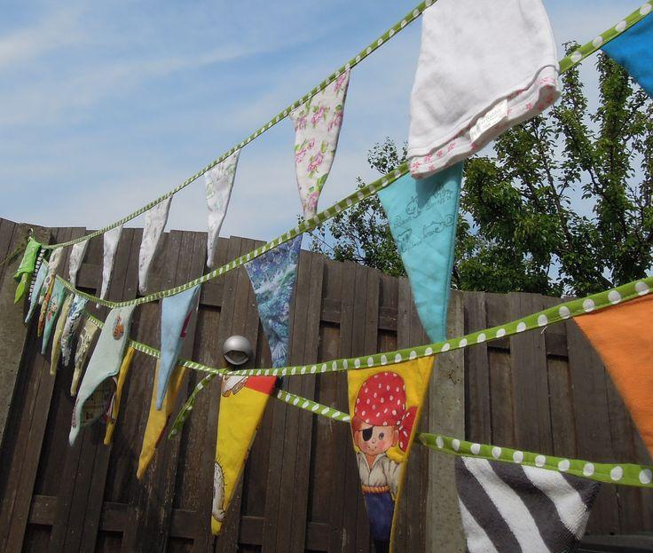 verjaardagsslinger zelf maken met herinneringen aan kleding of kinderspullen? Kijk op onze blog voor dit idee! Origineel en uniek!