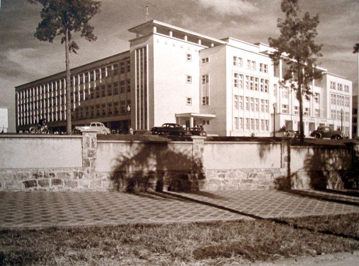 Colégio Estadual do Paraná visto da Avenida João Gualberto, em 1950. A fotografia pertence ao Álbum de Inauguração da escola.