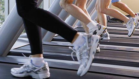 A futópados edzés alapjai. Ha nincs a közelben futásra alkalmas park, esetleg túl hideg vagy túl meleg van, a szabadban való futást lecserélhetjük futópados edzésre. Sokan ezt túl unalmasnak tartják, mert közben nem gyönyörködhetnek a tájban, és a környezet sem túl változatos, hiszen végig a konditerem vagy saját otthonunk látványa kísér. OLVASS TOVÁBB!