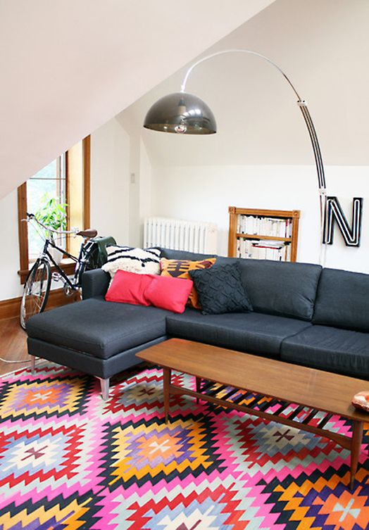 A Turkish Kilim rug adds colour into this living room.