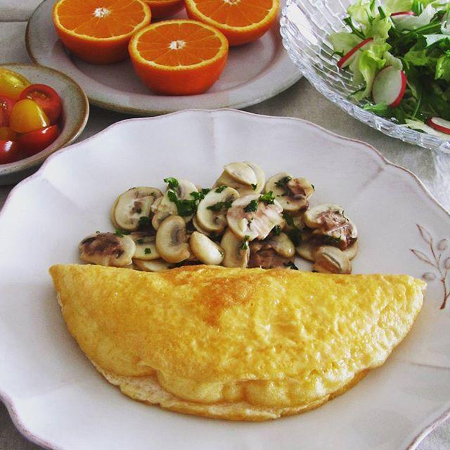 モン・サン・ミッシェル風のオムレツに挑戦。 ・ 卵白の泡立てが甘かったのか、膨らみがいまひとつ。次回頑張ろう! ・ ・ #おうちごはん#手料理#手作り#朝ごはん#ブランチ#オムレツ#器#モンサンミッシェル風オムレツ#マッシュルーム#マッシュルームのバターソテー#lunch#foodpic#instafoodies#onmytable#onthetable#yummy#omelet#kurashirufood