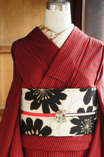 黒と赤のチェック模様が織り出されたシンプルモダンな袷着物です。