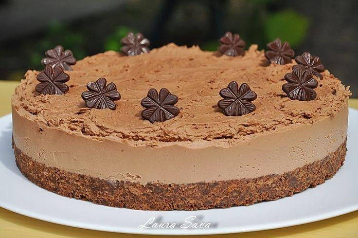 O aniversare, un moment special petrecut in familie sau cu prietenii trebuie neaparat sa includa un tort de ciocolata 😀 Unul pliiiin de ciocolata, decadent si delicios. Cum e acesta pe care vi-l arat acum, si care, pe deasupra, mai e si fara coacere!!! Bucurati-va pe deplin de gustul lui minunat!!!!!  Ingrediente: …