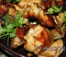 Шашлык из курицы (быстрый маринад на уксусе белого вина и соевом соусе) Вкусный, сочный, ароматный шашлык из курицы в быстром маринаде. Курице достаточно 30 минут на маринование. курица — 1 шт; уксус белого вина — 3 ст.л.; соевый соус — 100 мл; растительное масло — 20 мл; паприка — 1 ч.л.; сахар коричневый — 1 ч.л.; черный молотый перец (по вкусу) ; лимонный перец (по вкусу) ; кинза — 1 горст.;