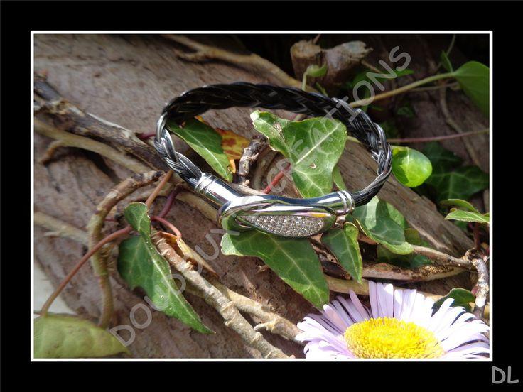 Bracelet en véritables crins de cheval beiges et noirs, tressés à plat 5 brins, fermoir aimanté acier inoxydable à strass : Bracelet par doudoux-crins