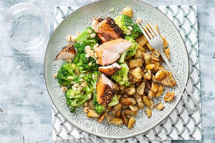 Zalmfilet heeft niet veel extra's nodig, maar met broccoli en hazelnoten is-ie wel nóg lekkerder. - recept - Allerhande