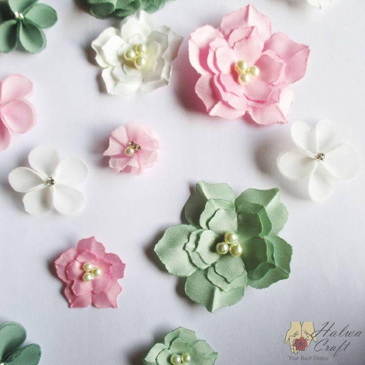 [CUSTOMER'S REQUEST] Perpaduan antara #JASMINE #PRICILLIA dan #KANZASHI buat gaunmu tampak lebih cantik.  Halwa Craft menyediakan berbagai bunga aplikasi yang cocok dipadukan dengan gaunmu. Ada banyak variasi warna juga, lho.  Info lebih lanjut : Whatsapp: 085868335846 Line: halwacraft  Let's make your dress more beautiful.  #bajukebaya #bajupesta #bajupengantin #bajuwisuda #bajukondangan #kebaya #kebayapesta #kebayapernikahan #kebayawisuda #kebayamodern #gaun #gaunbunga #gaunpesta…