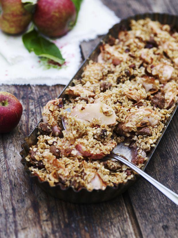 Æbledesserter er og bliver fantastiske. Æblets syrlighed blandet med det søde slår aldrig fejl. I den her æblecrumble får du sødmen fra nougat, sukker og nødder. Kokosolien har en særlig smag, som er rigtig god i kager, men du kan også bruge smør i stedet for.