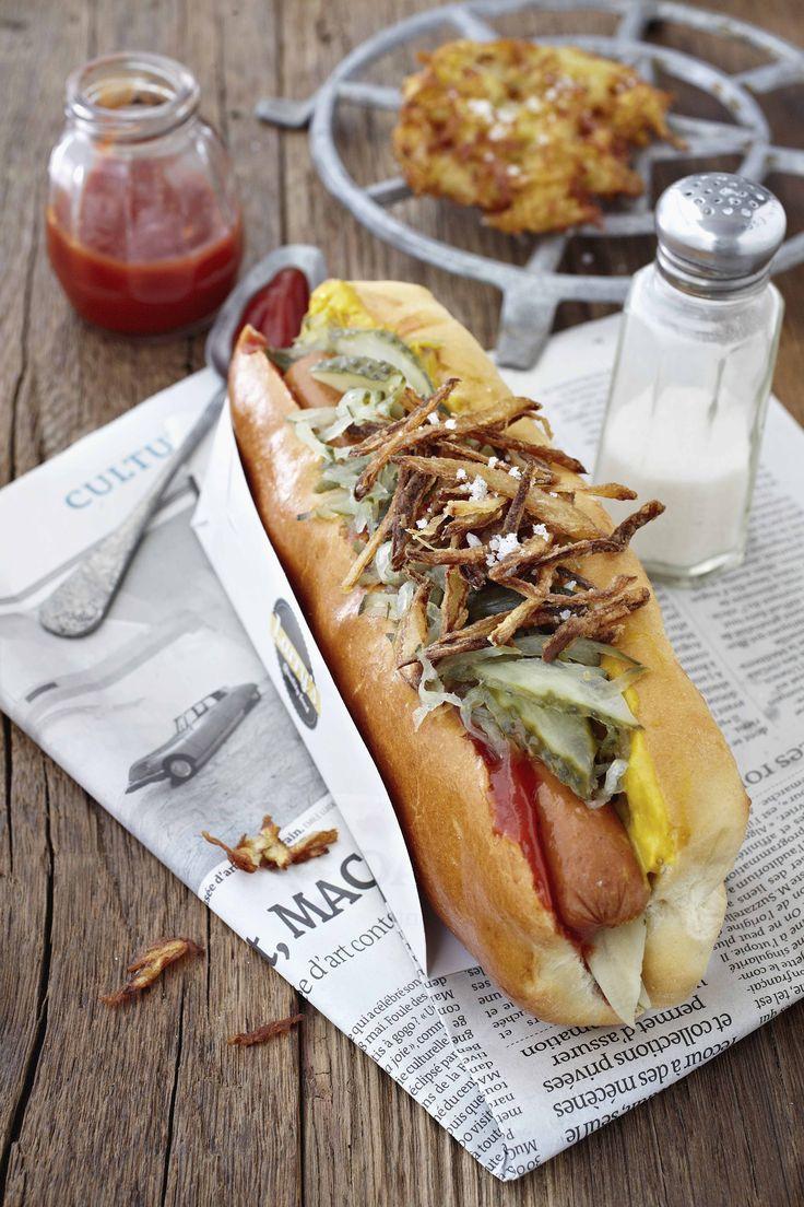 L'hot dogè uno street food tipico della tradizioneamericanacomposto da un panino morbido di forma allungata, wurstel,salse e condimenti.