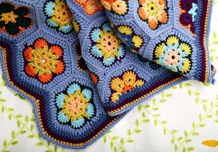 Kuusikulmainen afrikankukka on helppo virkata, ja kukkiin voi käyttää kaikki keränloput. Katso Unelmien Talo&Kodin ohje ja kokoa afrikankukista värikäs peitto.