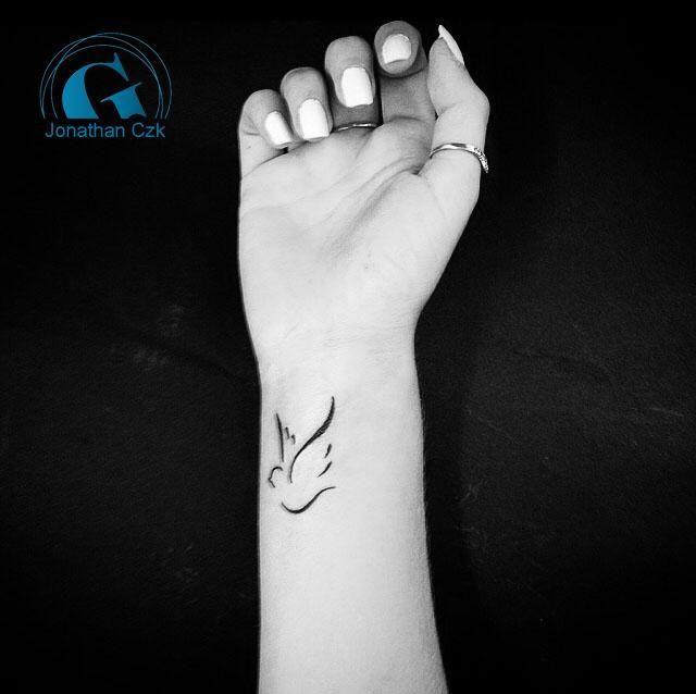 les 25 meilleures id es de la cat gorie tatouage au poignet sur pinterest tatouages bracelet. Black Bedroom Furniture Sets. Home Design Ideas