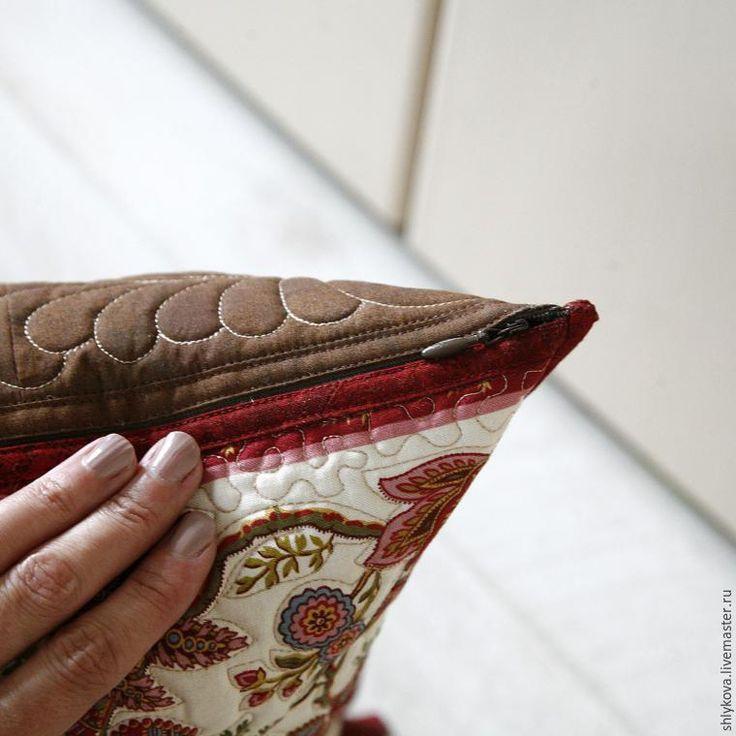 Нам потребуется: - 2 заготовки уже простеганных 41*41 см; - линейка для пэчворка; - ткань для пэчворка США; - потайная молния 50 см. 1. Берем две заготовки для задней стороны подушки и для лицевой размером 41*41 см. Подбираем окантовку для 1 стороны красную, для другой коричневую, ширина ленты 4 см. 2. Пришиваем окантовку на швейной машине. Подробнее в предыдущих мас…
