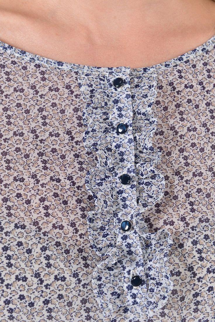 Pesage bis top m3/4 Réf:17TO1993 Pour un look plein de fraîcheur et romantisme : la blouse ample imprimée mini fleurs PESAGE, en parfaite harmonie avec la matière transparente et délicate pour jouer les superpositions.L'encolure ronde a une patte de boutonnage avec des boutons en nacre coloré à finition de mini volants froufroutés. #Antonelleparis  #clothing #chemise #seethrough  #lookoftheday #ootd  #womenswear #charmefrancais   #ss17
