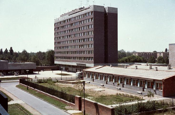 Nővérszálló (garzonház) és a Mesevár óvoda a Hangulat utcából nézve.