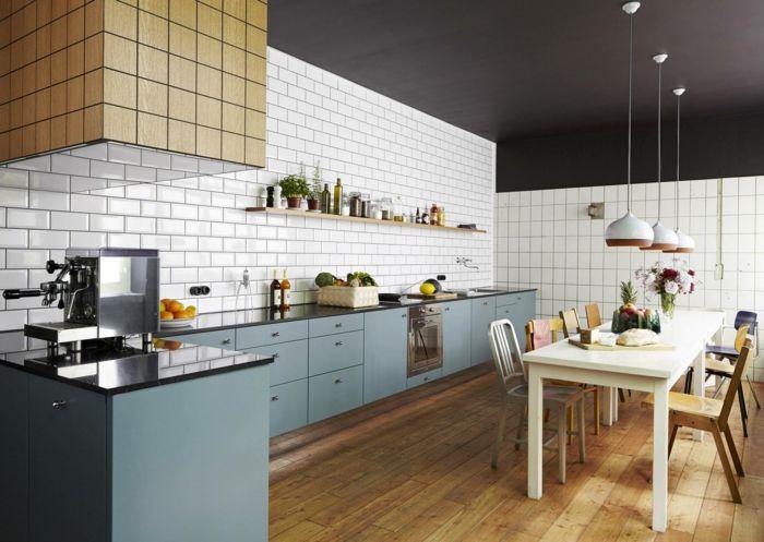 wandgestaltung küche weiße wandfliesen blaue küchenschränke pendelleuchten