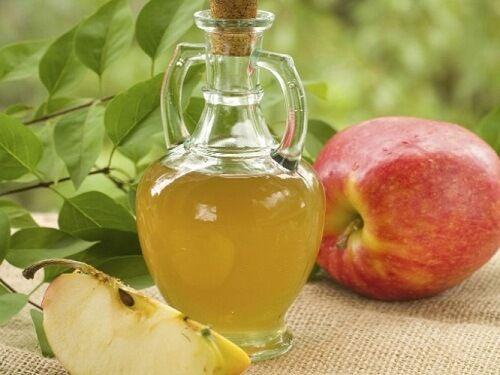 Este tratamento complementar à base de vinagre de maçã, aliado a uma dieta saudável e à prática de atividade física, pode ajudar a tratar a celulite .