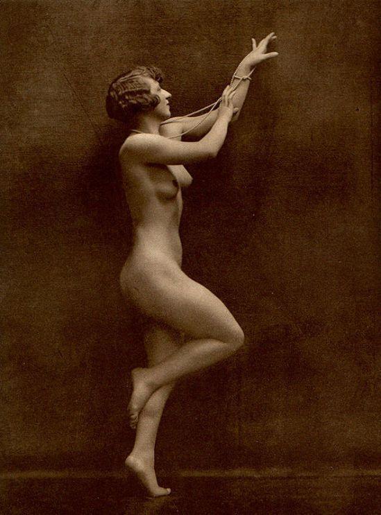 From La Beauté de la Femme9. Album du Premier Salon Internationale du Nu Photographique Paris. Daniel Masclet 1933