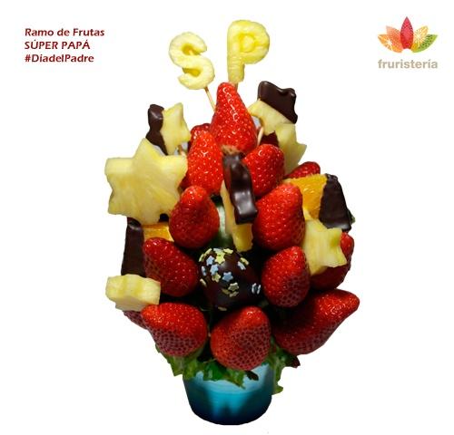 """Ramo """"Súper Papá""""   Dulces fresas, algunas de ellas bañadas en chocolate negro, piñas en forma de estrellas, jugosas naranjas con chocolate y uvas verdes. Coronando el ramo están la iniciales de Super Papá (SP) en piña (se pueden personalizar con las iniciales del padre)   #DiadelPadre"""