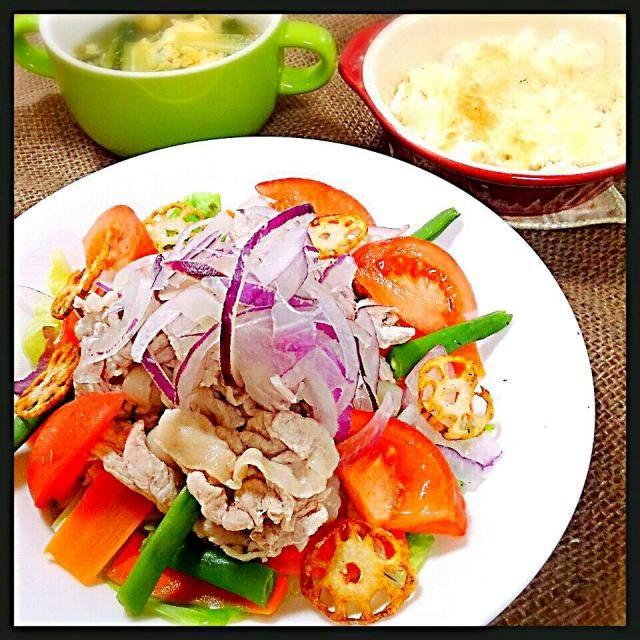 暑い!こんな日はさっぱりがいいなぁ~ってことで、先日志野さんも作ってたレシピで豚ジャブ~*\(^o^)/*志野さん♪食べ友お願いします◡̈♥︎  いつもは塩をひとつまみで茹でてたのをまず、醤油で野菜を茹で、お肉は酢もプラス! 野菜にはほのかに下味ついて、お肉は柔らかくなりました!しかも、旨味たっぷりのスープまで出来ちゃいました! シェフ、またまたお世話になりました!美味しいレシピありがとうございます! - 140件のもぐもぐ - Chef 中川浩行さんの薄切りの豚ロースと豚肩ロースのミックスで豚シャブ by teru22